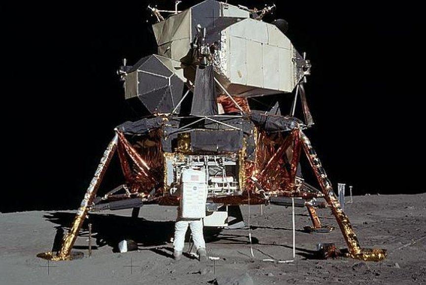"""Buzzas Aldrinas iš Mėnulio modulio """"Eagle"""" išpakuoja instrumentus."""