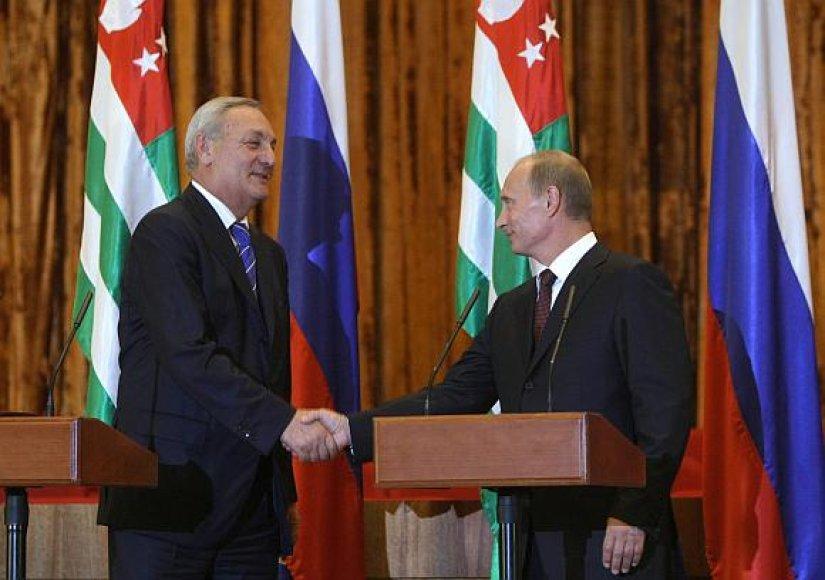 Abchazijos prezidentas Sergejus Bagapšas ir Rusijos premjeras Vladimiras Putinas