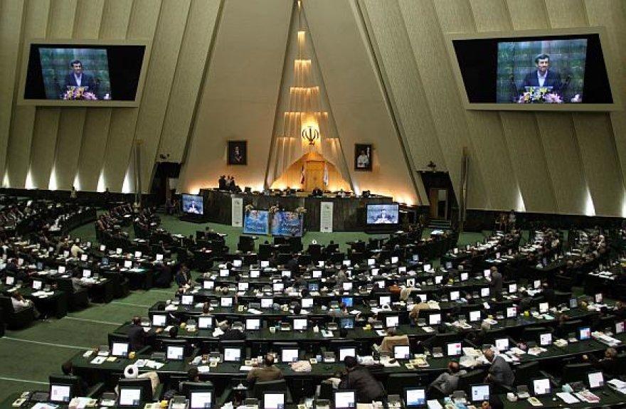 Irano parlamentas patvirtino 18 iš 21 prezidento Mahmoudo Ahmadinejado pasiūlytų kandidatų užimti ministrų postus.