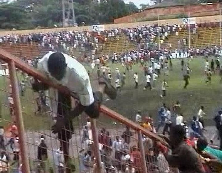 Žmonės bėga iš stadiono, kuriame prasidėjo žudynės