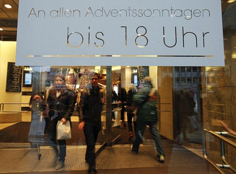 Užrašas ant parduotuvės vitrinos Berlyne skelbia, kad ji per visus advento sekmadienius dirbs iki 18 val. vakaro.