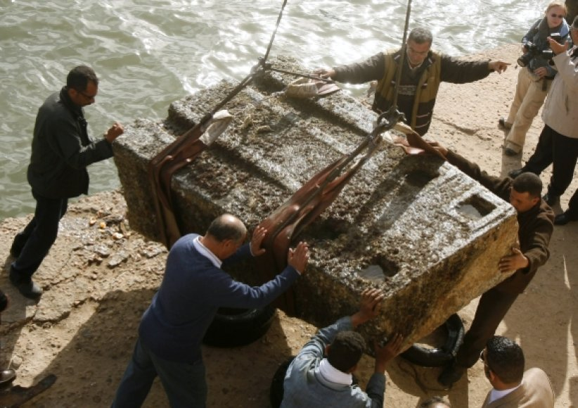 Aleksandrijoje iš jūros iškeltas akmeninis Izidės šventyklos blokas.