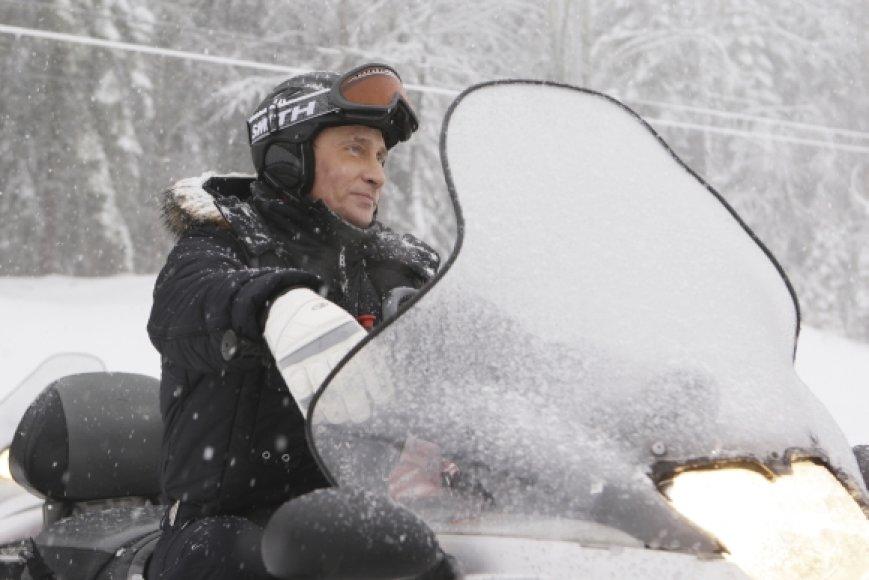 Vladimiras Putinas vairuoja sniegamobilį.