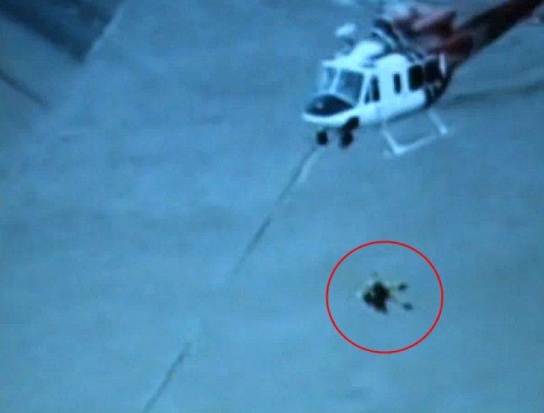 Šunį iš upės pavyko ištraukti tik panaudojus sraigtasparnį.