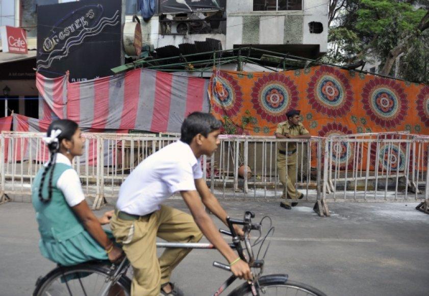 Indijos policija saugo sprogimo vietą.