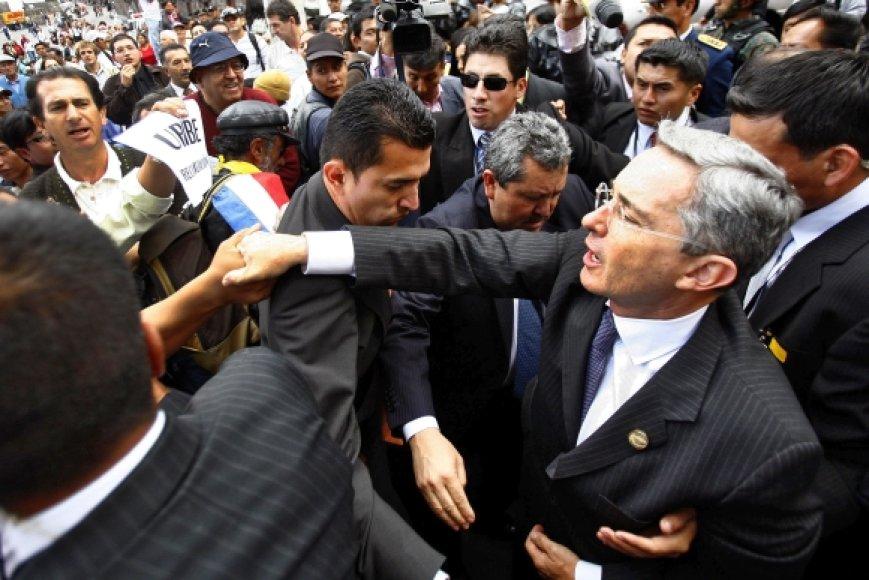 Alvaro Uribe (dešinėje) yra nepaprastai populiarus savo šalyje, tačiau nebegalės dar karą būti renkamas prezidentu.