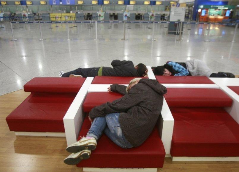 Atėnų tarptautiniame oro uoste liko tik įstrigę keleiviai.