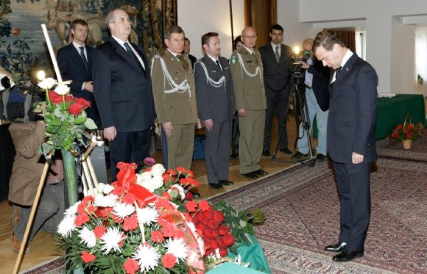 Dmitrijus Medvedevas atidavė pagarba žuvusiesiems Lenkijos ambasadoje Maskvoje.