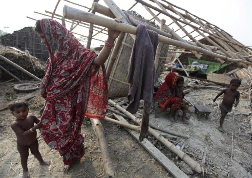 Daugybė žmonių per uraganą liko po namų griuvėsiais.