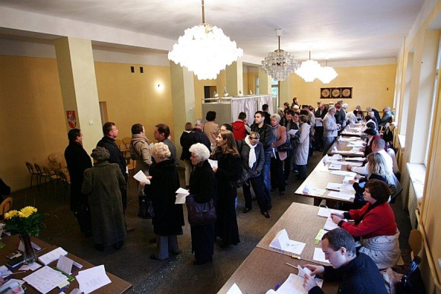 Prie balsavimo kabinų nusidriekė eilės.