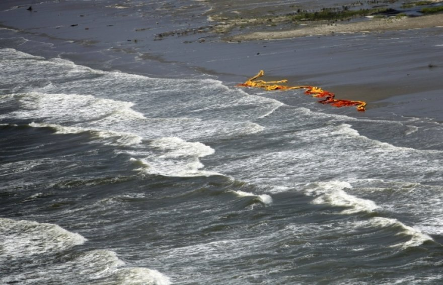 Bangos suardė naftos sulaikymo užtvaras.
