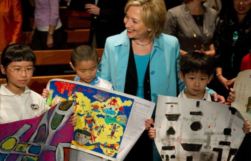 Hillary Clinton jaunuosius kinus apdovanojo meškučiais.