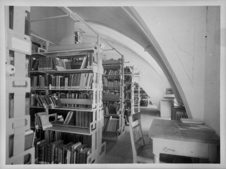 1944 metų nuotraukoje matyti lentynos su knygomis Austrijos nacionalinėje bibliotekoje, kurias iš žydų konfiskavo naciai.