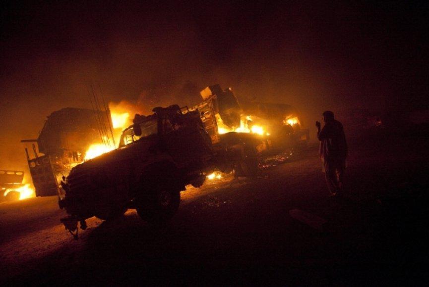 Talibai Pakistane sudegino pusšimtį sunkvežimių.