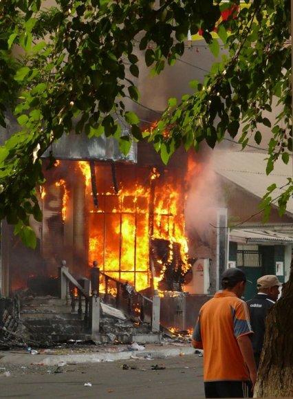 Oše dega daugybė pastatų.