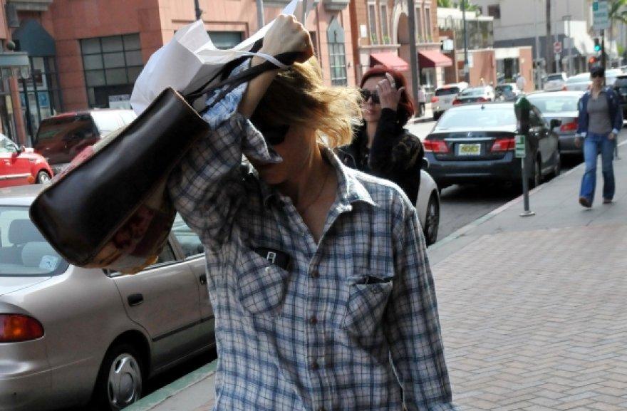 Jodie Foster mėgina paslėpti savo veidą nuo fotografų.