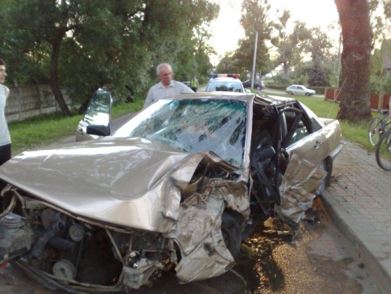"""Prieš avariją """"Audi 100"""", pasak liudininkų, skriejo milžinišku greičiu."""