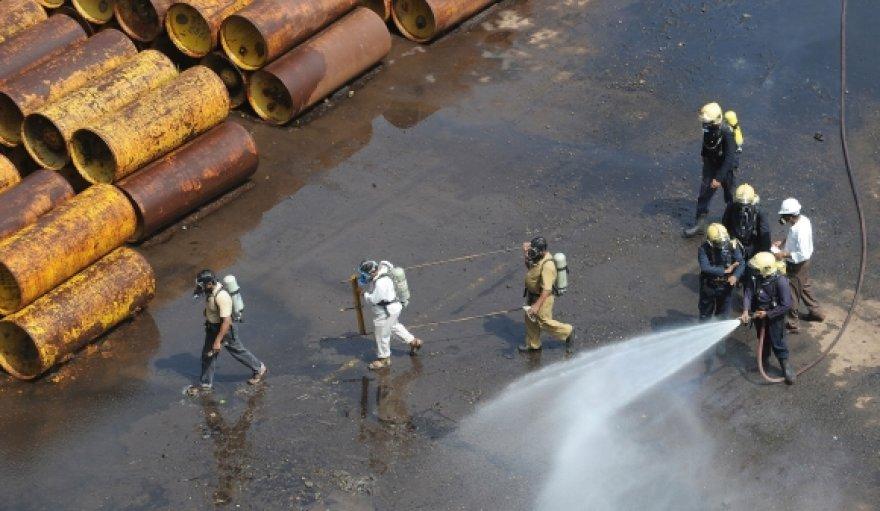 Indijos ugniagesiai dirba nelaimės vietoje.