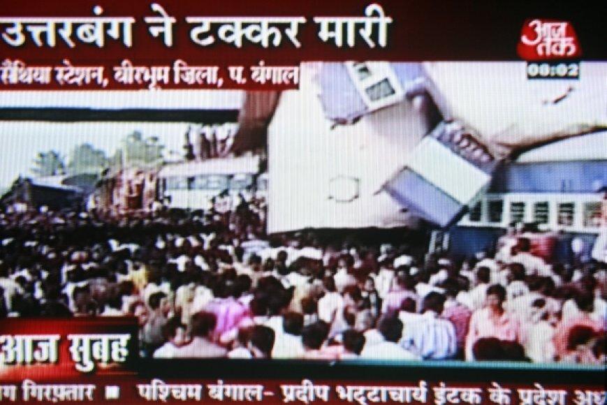 Traukinių katastrofa Indijoje – kadras iš vietinės televizijos reportažo