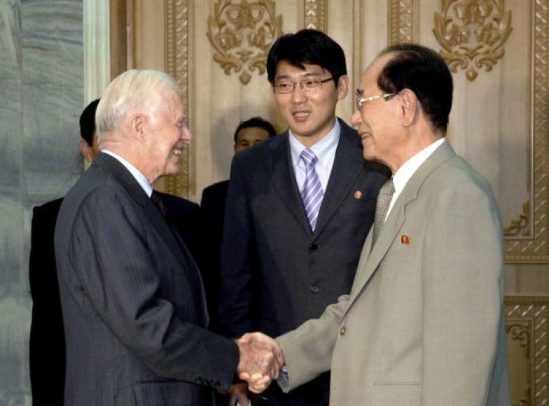 Jimmy Carteris sveikinasi su Kim Yong-Namu.