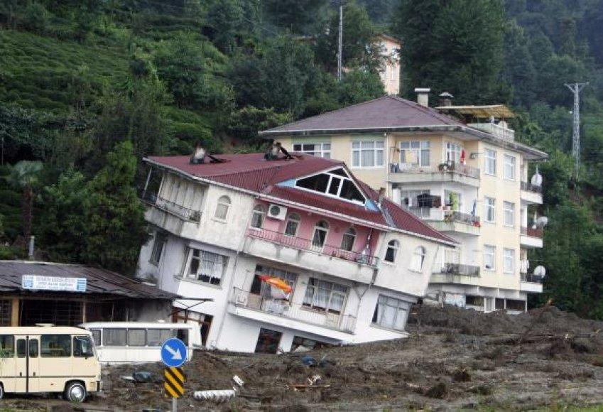 Žemių nuošliauža griovė namus.