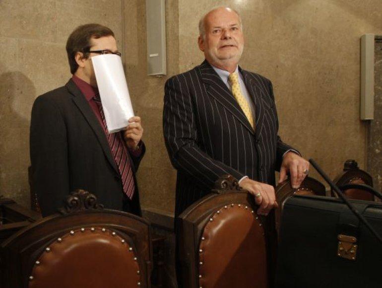 Ernstas H. (prisidengęs veidą) ir jo advokatas Manfredas Ainedteris laukia teismo posėdžio Vienos teisme.