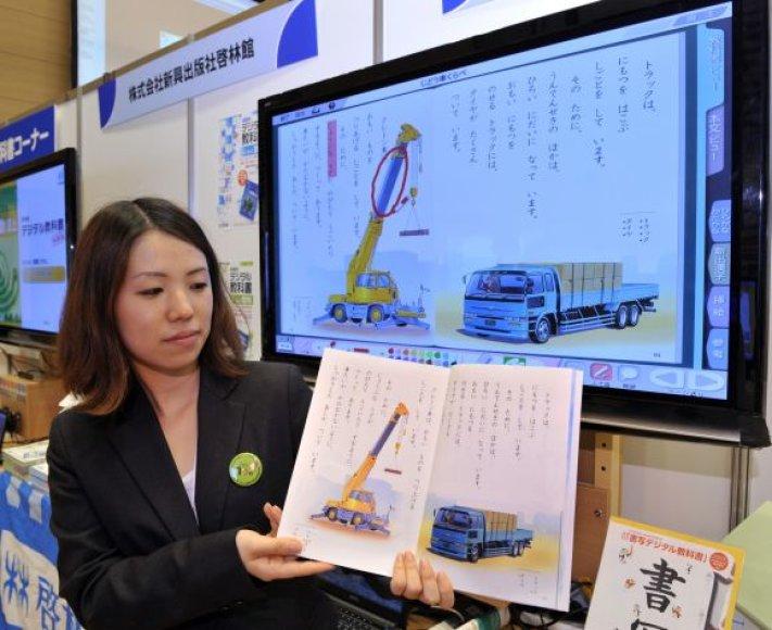 Japonai ketina atsisakyti tradicinių mokyklinikų vadovėlių.
