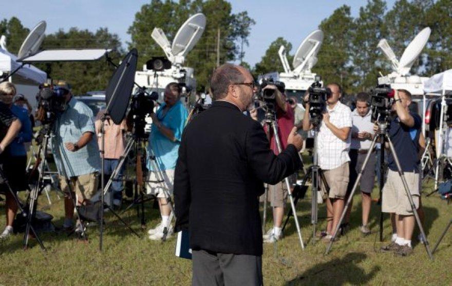 Patrickas Mahoney kalba su žurnalistais.