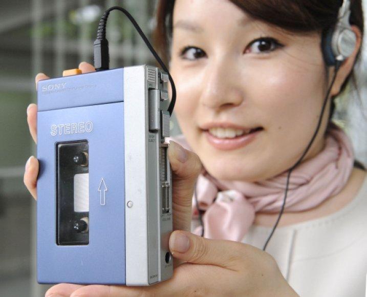 """""""Sony"""" kompanijos muziejaus darbuotoja demonstruoja pirmąjį """"Walkman"""" modelį TPS-L2."""