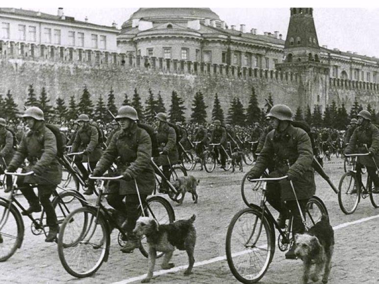 Sovietų kariai per paradą Raudonojoje aikštėje (1936 m.)