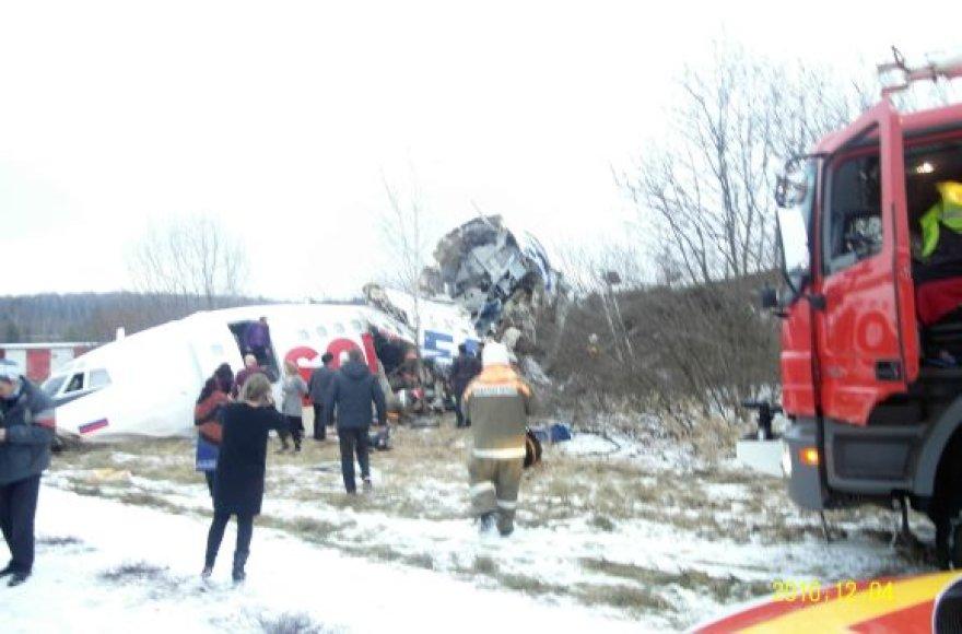 Avarinio nusileidimo metu lėktuvas subyrėjo į gabalus.