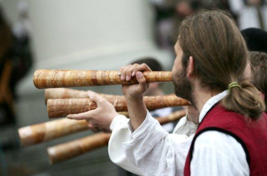 Sutartinės gali būti vokalinės ir instrumentinės.