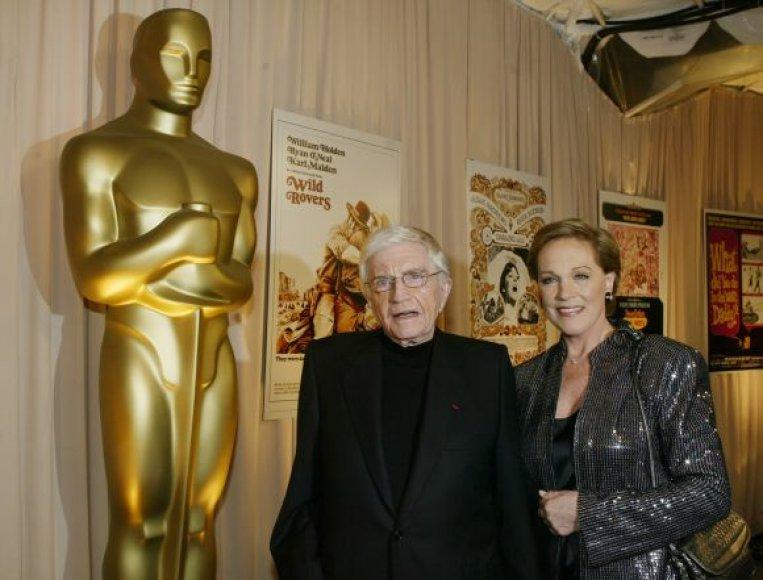 """Blake'as Edwardsas su žmona Julie Andrews per """"Oskarų"""" ceremoniją 2004-aisiais"""