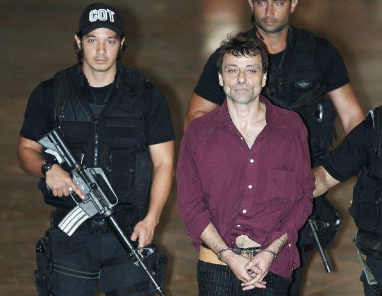 Cesare Battisti Brazilijos policininkų apsuptyje