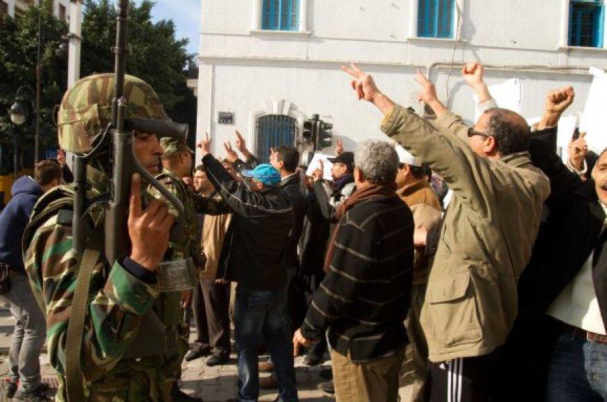 Situacija Tuniso miestų gatvėse dar nėra rami.