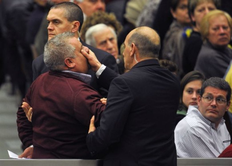 Apsauga sulaikė popiežių šaukusį vyrą ir išvedė jį iš salės.