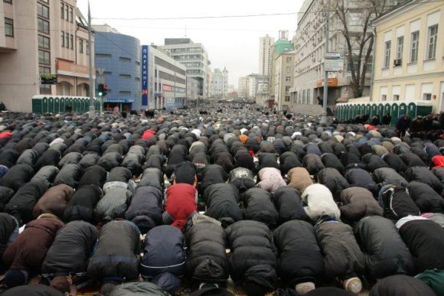 Rusijos musulmonai meldžiasi Maskvos gatvėje.