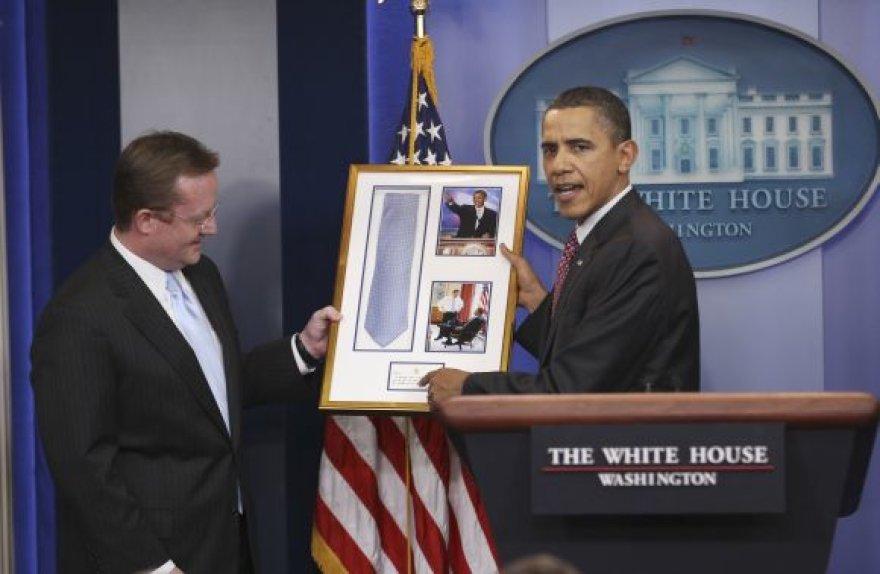 Barackas Obama kaklaraištį Robertui Gibbsui grąžino įrėmintą.