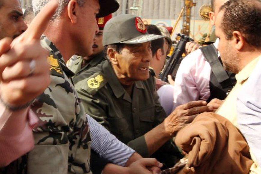 Mohammedas Husseinas Tantawi susitinka su protestuotojais.