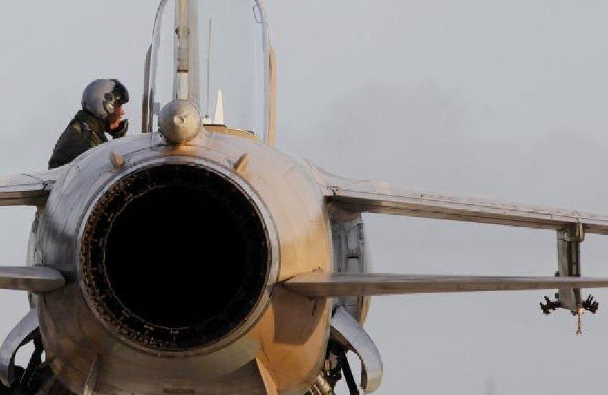 Į Maltą pasprukęs Libijos pilotas išlipa iš naikintuvo.