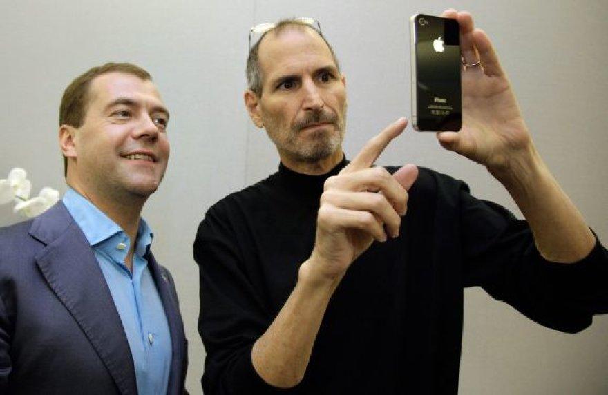"""Steve'as Jobsas naująjį """"iPhone 4"""" Dmitrijui Medvedevui padovanojo 2010 metų birželį, kai šis telefonas dar net nebuvo pardavinėjamas."""