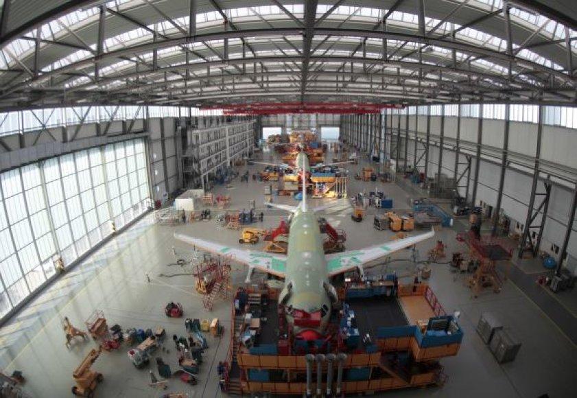 """Taip gamykloje netoli Hamburgo gaminami laineriai """"Airbus A320""""."""