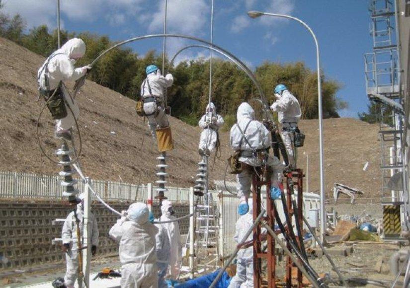 Darbininkai Fukušimos-1 atominėje elektrinėje mėgina atkurti elektros energijos tiekimą į reaktorių įrenginius.