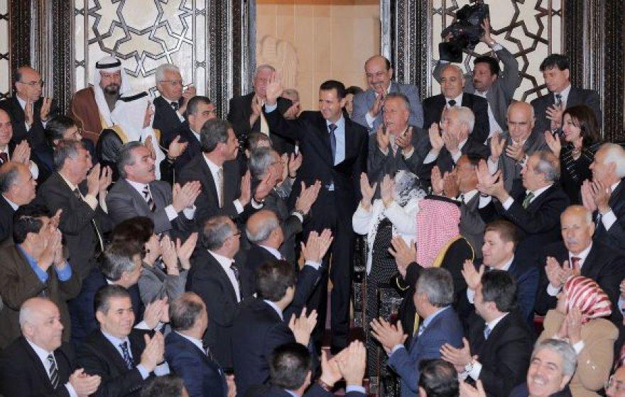 Sirijos prezidentas Basharas al-Assadas tarp šalies parlamento narių