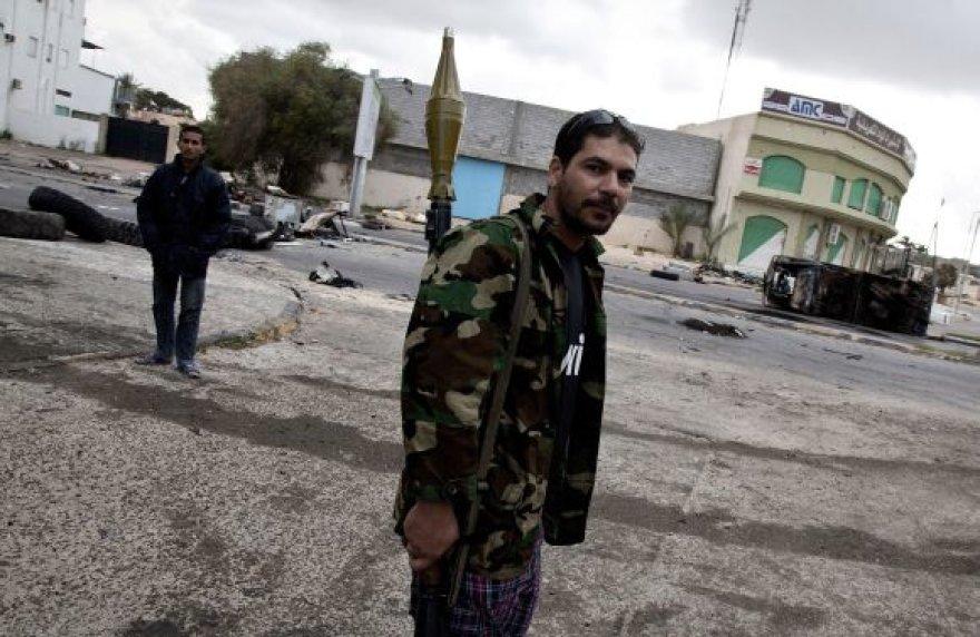 Libijos sukilėlis Misratos gatvėje