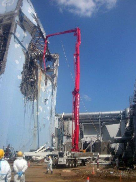 Avarijos likviduotojai dirba prie ketvirtojo Fukušimos-1 atominės elektrinės bloko.