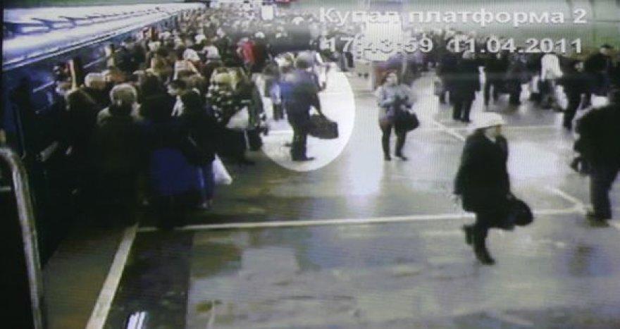 Baltarusijos prokurorai tvirtina, kad vaizdo kamerų užfiksuotas asmuo su dideliu krepšiu – įtariamasis sprogdintojas.