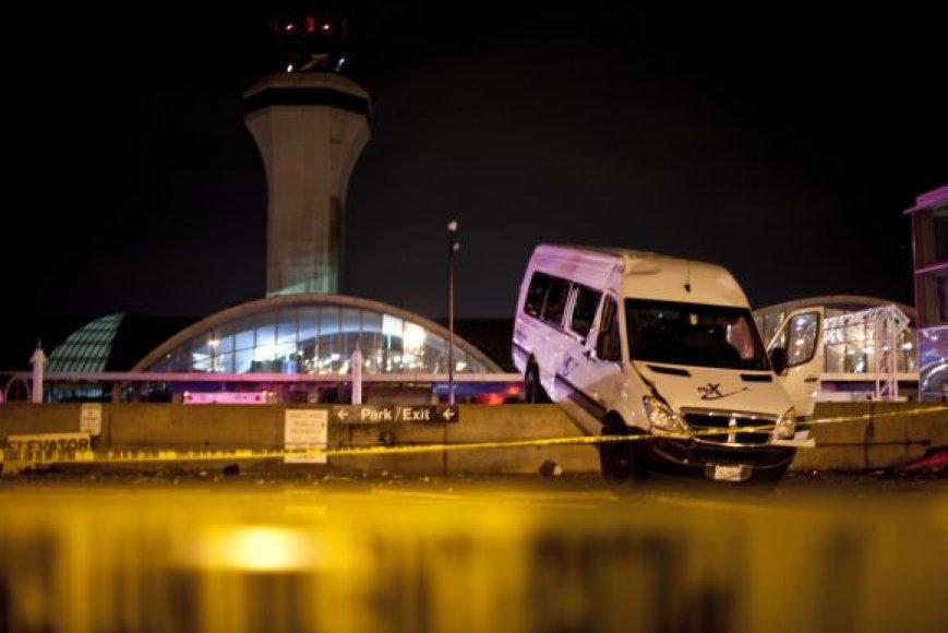 Tornadas Sent Luiso oro uosto teritorijoje kilnojo ir automobilius.