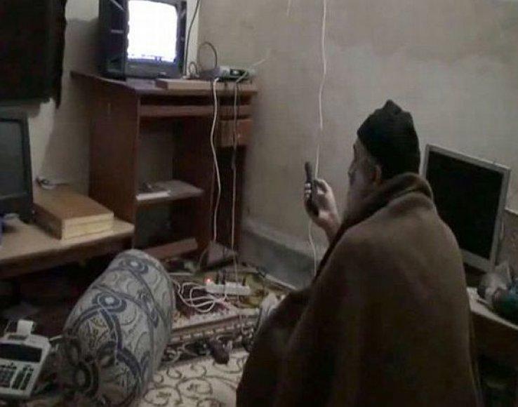 Televizorių žiūrintis Osama bin Ladenas savo slėptuvėje