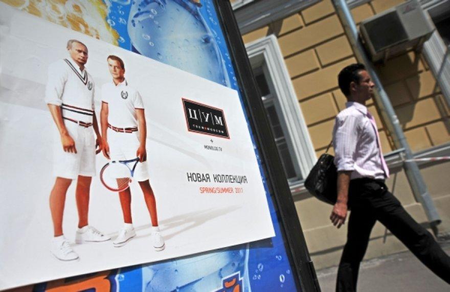 Nežinia kieno iškabintuose plakatuose Rusijos prezidentas ir premjeras vaizduojami su teniso apranga.